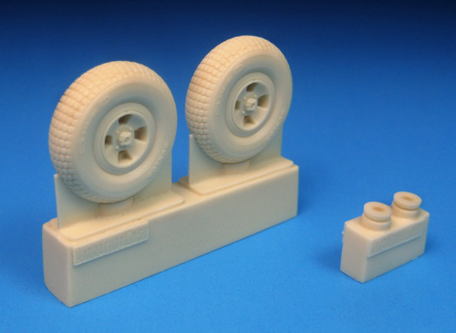 BR32319    Spitfire Four Slot Block Tread Mainwheels